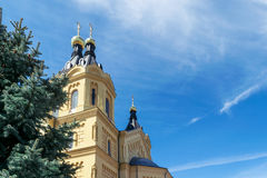 Auf dem Hintergrund des blauen Himmels mit Cirrus-Wolken sichtbarer Gelbfarbe orthodoxer Kirche mit goldenen Hauben Lizenzfreie Stockbilder