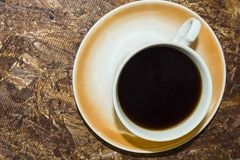 Auf dem Hintergrund des Ofen osb Tasse Kaffees lizenzfreie stockbilder