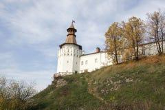Auf dem hohen Berg errichtet Aussichtsturm mit einem hohen Zaun lizenzfreie stockbilder