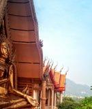 Auf dem hohen Berg steht den buddhistischen Tempel der Tigerh?hle Thailand lizenzfreie stockfotografie