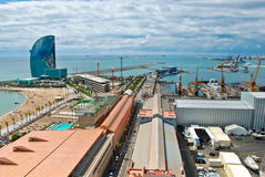 Auf dem Horizont ein Fünf-Sternehotel in Form eines Segels, das heraus in das Mittelmeer hervorsteht Im Vordergrund graue Dächer Lizenzfreies Stockbild