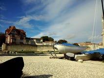 Auf dem Kai des Hafens von La Rochelle lizenzfreie stockfotos