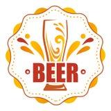 Auf dem runden Aufkleber ein Glas Bier stock abbildung