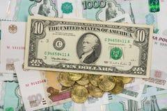 Auf dem russischen Rubel ist die US-zehnbanknote Lizenzfreie Stockfotos