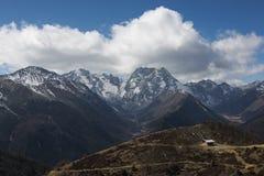 Auf dem schneebedeckten Berg der Hochebene Lizenzfreie Stockfotografie
