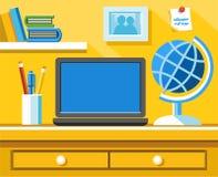 Auf dem Schreibtisch sind der Laptop, die Kugel, die Bleistifte und der Kugelschreiber im Glas Lizenzfreie Stockfotos