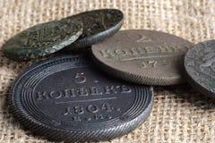 Auf dem Segeltuchgewebe sind verschiedene alte Münzen der 16. und 17. Jahrhunderte von Russland Stockbild