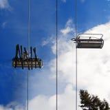 Auf dem Skiaufzug Stockbild