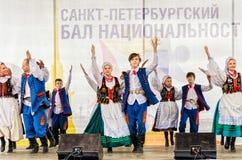 Auf dem Stadium das polnische Volkstanzensemble GAIK Lizenzfreie Stockfotografie