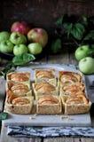 Auf dem Stand ist ein Klumpenkuchen mit Äpfeln, in den Scheiben Frische Äpfel lizenzfreie stockfotografie