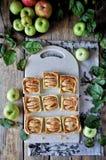 Auf dem Stand ist ein Klumpenkuchen mit Äpfeln, in den Scheiben Frische Äpfel stockfotos