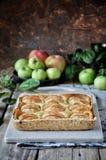 Auf dem Stand ist ein Klumpenkuchen mit Äpfeln, in den Scheiben Frische Äpfel stockbilder