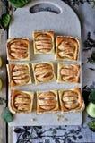 Auf dem Stand ist ein Klumpenkuchen mit Äpfeln, in den Scheiben Frische Äpfel stockbild