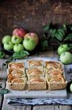Auf dem Stand ist ein Klumpenkuchen mit Äpfeln, in den Scheiben Frische Äpfel lizenzfreie stockbilder