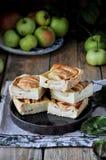 Auf dem Stand ist ein Klumpenkuchen mit Äpfeln, in den Scheiben Frische Äpfel stockfotografie