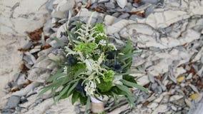 Auf dem Stein liegt ein Hochzeitsblumenstrauß im Stil eines boho, rustikal stock video
