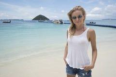 Auf dem Strand über See- und Himmelhintergrund recht lächeln Lizenzfreies Stockfoto