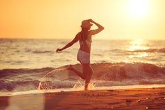 Auf dem Strand barfuß laufen Stockfoto
