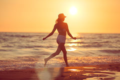 Auf dem Strand barfuß laufen Stockbilder