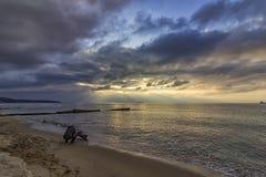 Auf dem Strand bei Sonnenaufgang Lizenzfreies Stockfoto