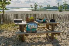 Auf dem Strand bei Sonnenuntergang, picknicken Lebensmittel- und Getränkkonzeption stockfoto