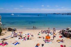 Auf dem Strand in Cascais ein Sonnenbad nehmen, Portugal Lizenzfreies Stockbild