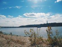 auf dem Strand des Dnieper-Flusses, Kiew, Herbst 2016 Lizenzfreie Stockfotografie