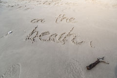 Auf dem Strandschreiben auf dem Sand in Huahin-Strand, Thailand lizenzfreie stockfotos