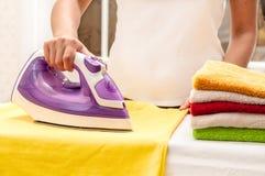Auf dem Tisch bügeln zu Hause Lizenzfreie Stockfotos