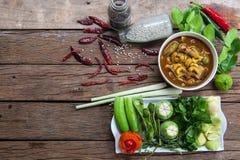 Auf dem Tisch mit Gaeng Tai Pla und Gemüse Lizenzfreie Stockfotografie