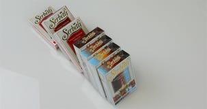 Auf dem Tisch werden mit Tabak für Huka eingewickelt stock video