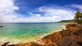 Auf dem tropischen Strand lizenzfreie stockbilder