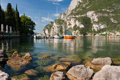 Auf dem Ufer des Sees Stockbilder