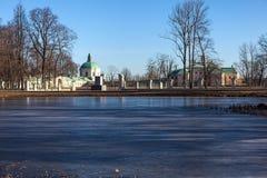 Auf dem Ufer des Teichs Karpin. Oranienbaum Lizenzfreies Stockfoto