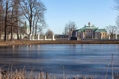 Auf dem Ufer des Teichs Karpin. Oranienbaum Stockfotos