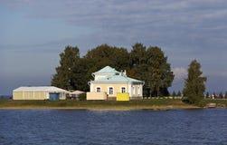 Auf dem Ufer finnisch vom Golf nah an dem Pier stockbilder