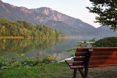 Auf dem Ufer von einem alpinen See Lizenzfreie Stockbilder