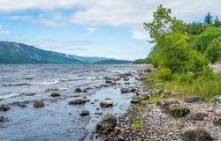 Auf dem Ufer von Loch Ness, in den schottischen Hochländern, südwestlich von Inverness Stockbilder
