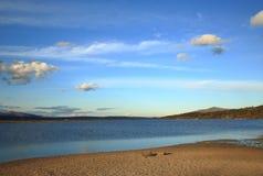 Auf dem Ufer von See am Abend Lizenzfreie Stockfotos