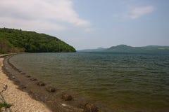 Auf dem Ufer von See Kussharo Stockfotos