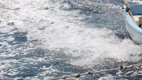 Auf dem Weg über dem tiefen blauen Meer mit einem kleinen Boot stock video