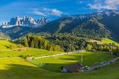Auf dem Weg zu einem kalten Herbsttag durch Süden Tirol stockfotografie