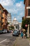 Auf dem Weg zu Marktplatz dei Miracoli mit dem lehnenden Turm von Pisa und von Kathedrale von Santa Maria Assunta in Pisa, Toskan stockbild