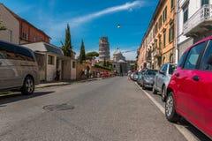 Auf dem Weg zu Marktplatz dei Miracoli mit dem lehnenden Turm von Pisa und von Kathedrale von Santa Maria Assunta in Pisa, Toskan lizenzfreie stockbilder