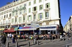 Auf den alten Hafen von Marseille an vielen gehen Restaurantterrasse Lizenzfreies Stockfoto