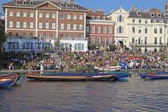 Auf den Banken der Themse in Richmond am Sonntag, Großbritannien stockfotos