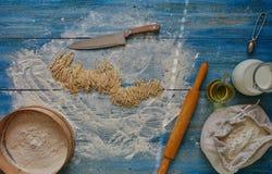 Auf den Blautabellenlügen ein scharfes Messer, das schnitt Stockbild
