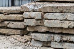 Auf den Bodenlügen ein Stapel alte Betonplatten Stockfoto