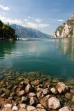Auf den Felsen durch den See Lizenzfreie Stockbilder