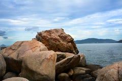 Auf den Felsen ein Minute vor dem Regen Lizenzfreies Stockbild
